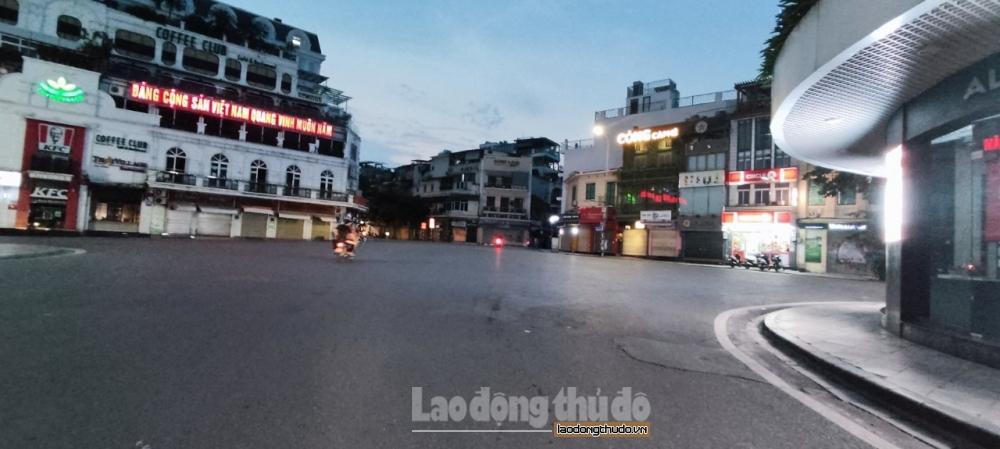 Phố cổ Hà Nội vắng lặng trong ngày thứ 2 giãn cách xã hội