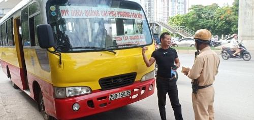 Cảnh sát giao thông Hà Nội vào cuộc xử lý vấn đề báo nêu