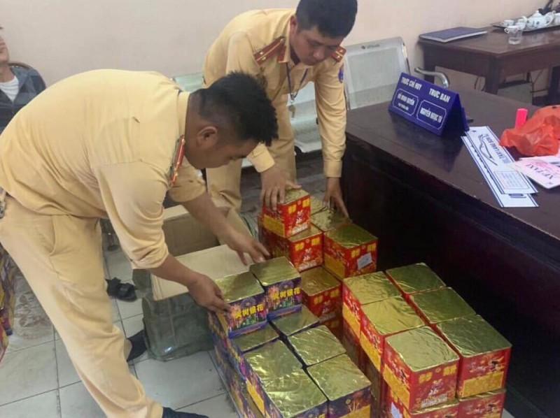 canh sat giao thong ha noi bat 3 doi tuong van chuyen phao hoa trai phep