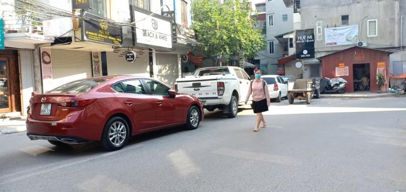 Ô tô đỗ tràn lan giữa đường