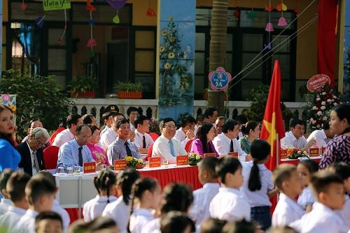 Phó Thủ tướng Phạm Bình Minh vui hội khai trường ở Bắc Giang