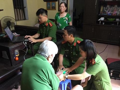 Công an huyện Phú Xuyên hỗ trợ người cao tuổi làm căn cước công dân