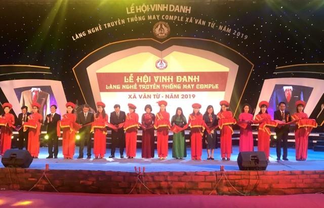 Khai mạc lễ hội vinh danh làng nghề truyền thống may comple xã Vân Từ