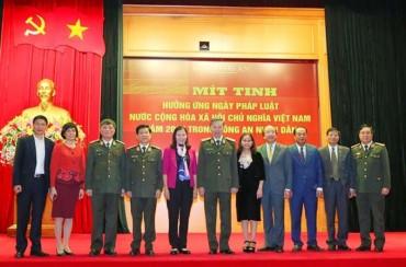 Mít tinh hưởng ứng Ngày Pháp luật Việt Nam trong Công an nhân dân