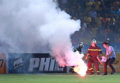 Đốt pháo sáng trên sân vận động sẽ bị xử lý nghiêm