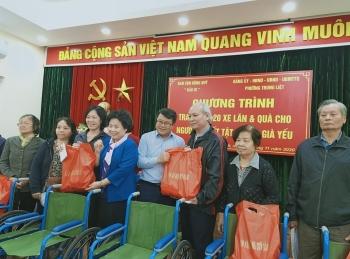 Phường Trung Liệt, quận Đống Đa trao tặng 20 xe lăn cho người khuyết tật