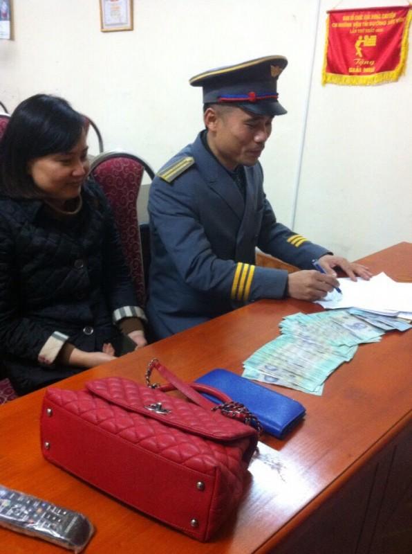 Nhân viên đường sắt Hà Nội trả lại tài sản cho hành khách