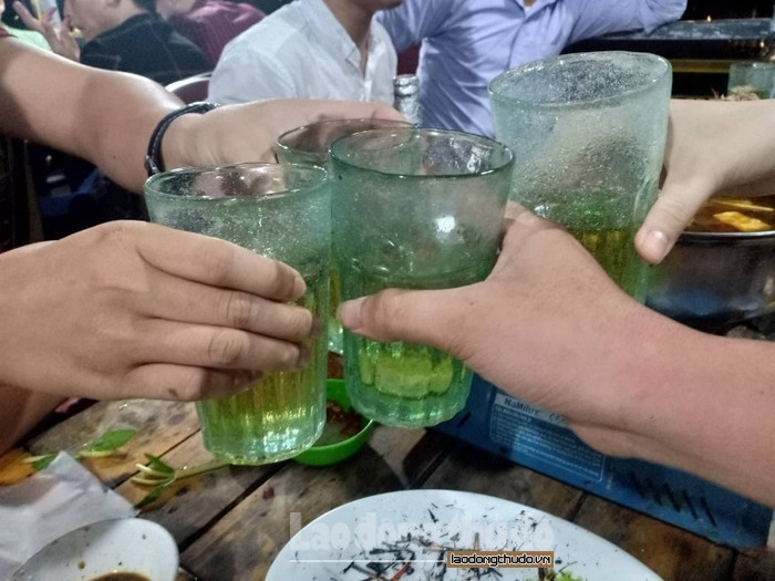 cam can bo cong chuc vien chuc uong bia trong gio lam viec