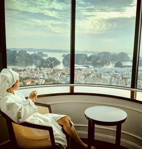 Mùa lễ hội 2019: Check-in ô cửa sổ khổng lồ cực ảo từ khách sạn cao nhất Hạ Long