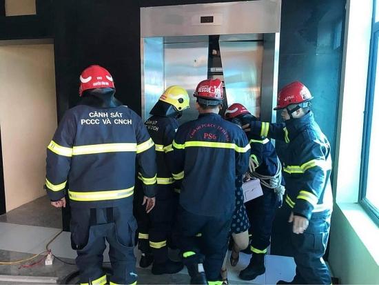 Giải cứu hàng chục người mắc kẹt trong thang máy