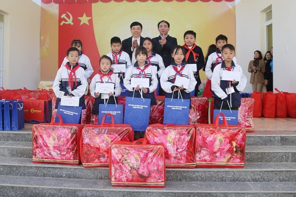 Liên đoàn Lao động huyện Mỹ Đức và Câu lạc bộ cán bộ Công đoàn khối Giáo dục làm công tác từ thiện tại huyện Đồng văn, tỉnh Hà Giang