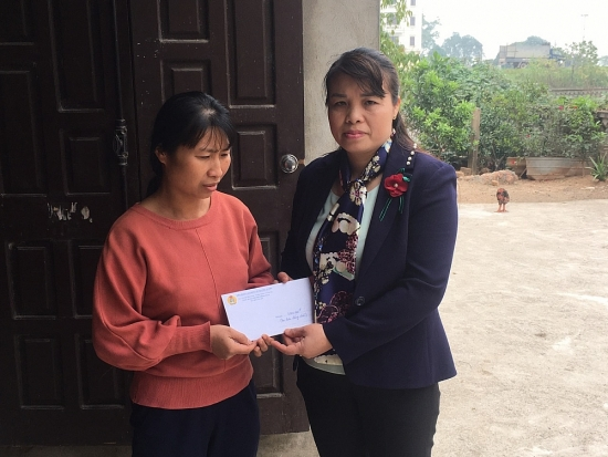 Liên đoàn Lao động huyện Phú Xuyên trao trợ cấp cho đoàn viên có hai con tử vong vì tai nạn