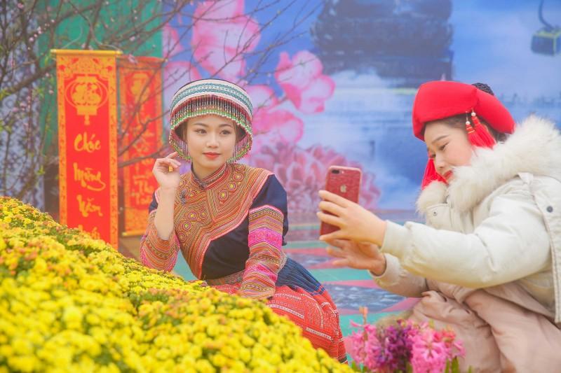 len fansipan mo cong troi va dam minh trong tieng khen hoa tay bac
