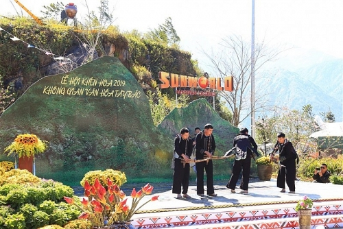 Điệu múa khèn trên đỉnh Fansipan đốn tim du khách trẩy hội xuân
