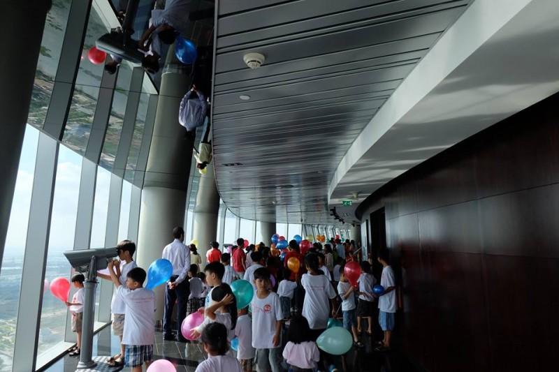 Hơn 200 trẻ em kém may mắn có cơ hội khám phá toà tháp Bitexco
