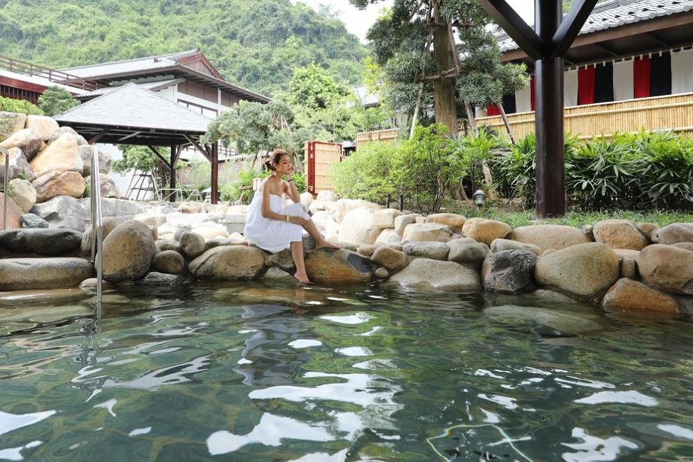 """Về Quảng Ninh tắm """"nước của các vị thần"""""""