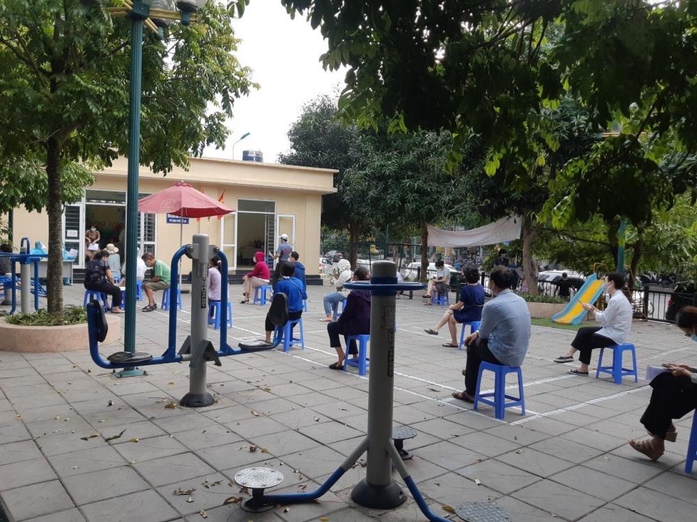 Quận Cầu Giấy: Cán bộ y tế xuyên trưa lấy mẫu xét nghiệm khoảng 600 người về từ Đà Nẵng