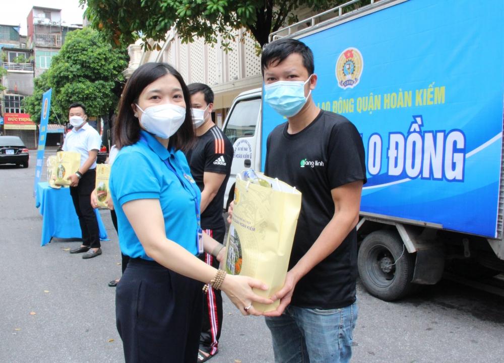 """""""Chuyến xe 0 đồng"""" của Liên đoàn Lao động quận Hoàn Kiếm chuyển 300 suất quà tới người lao động"""