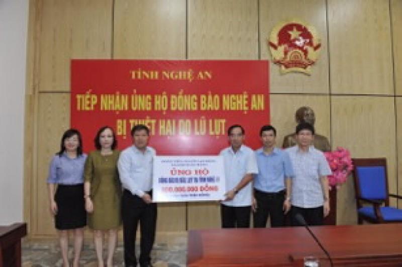 Công đoàn NHVN trao 800 triệu đồng ủng hộ người dân vùng lũ