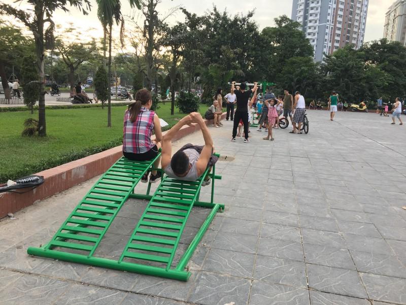 Công viên hồ Đền Lừ 'hút khách' nhờ máy tập thể dục miễn phí