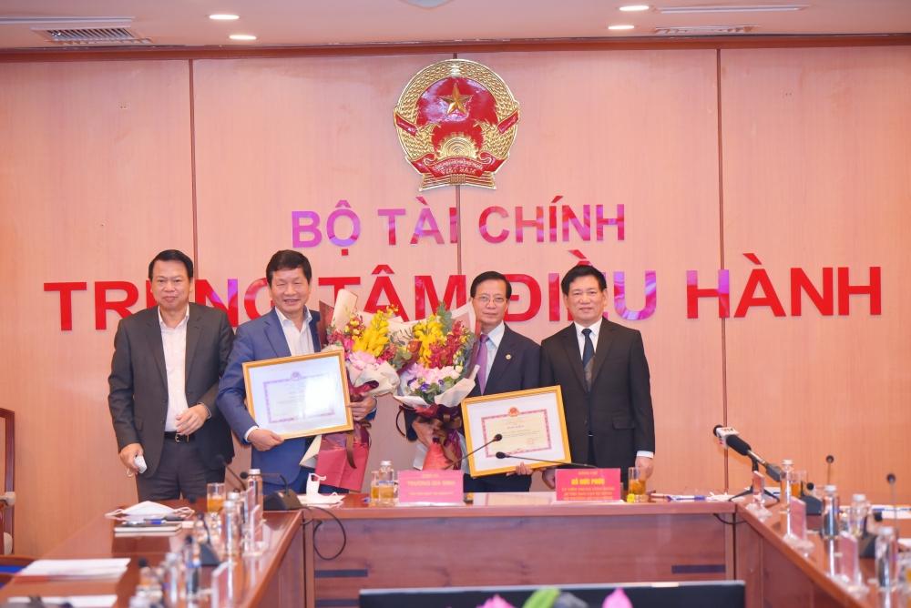 Xuất sắc trong giải quyết nghẽn lệnh HoSE, 2 Tập đoàn tư nhân được Bộ trưởng Bộ Tài chính trao tặng bằng khen