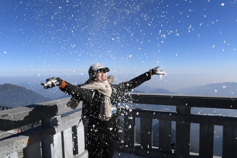 Những góc check-in ấn tượng giữa màn tuyết rơi trên đỉnh Fansipan
