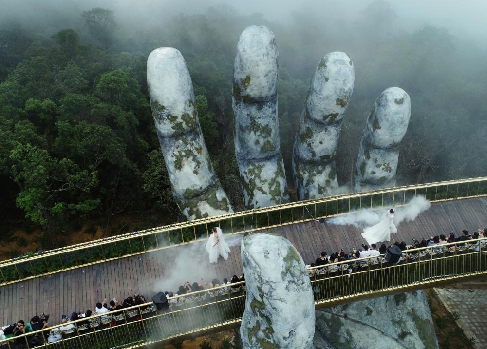 Chiêm ngưỡng những khoảnh khắc nghệ thuật bay bổng tại Cầu Vàng
