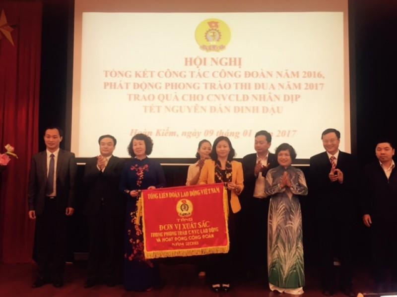 Nhận cờ đơn vị xuất sắc của Tổng LĐLĐ Việt Nam