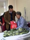 Ban lãnh đạo Vimatcorp trao quà cho bệnh nhân bệnh viện K