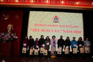 Trao quà Tết cho CNVCLĐ, con CNVCLĐ và gia đình chính sách dịp Tết Mậu Tuất 2018