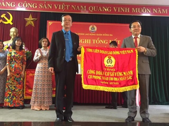 LĐLĐ quận Đống Đa đón nhận Cờ thi đua xuất sắc của Tổng LĐLĐ Việt Nam