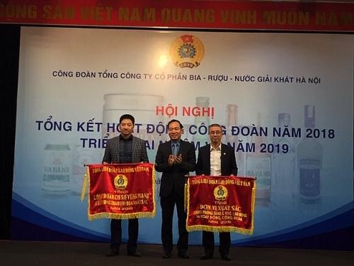 Nhận Cờ thi đua xuất sắc của Tổng LĐLĐ Việt Nam