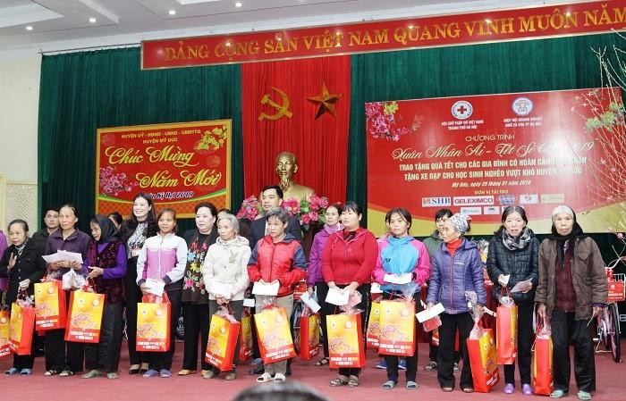 Chủ tịch HĐND TP Nguyễn Thị Bích Ngọc trao quà Tết cho gia đình có hoàn cảnh khó khăn huyện Mỹ Đức