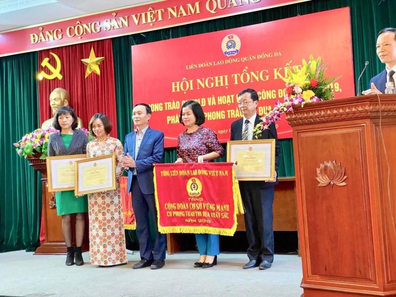 LĐLĐ quận Đống Đa vinh dự nhận Cờ thi đua của LĐLĐ Thành phố
