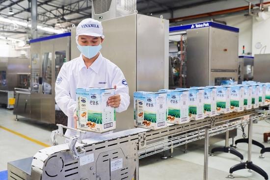 """Vinamilk """"xông đất"""" 2021 với lô hàng lớn gồm sữa hạt và sữa đặc xuất khẩu đi Trung Quốc"""