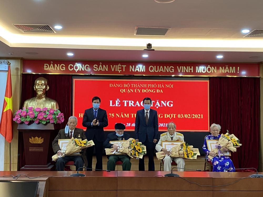 Quận uỷ Đống Đa tổ chức trao tặng Huy hiệu cho đảng viên 75 tuổi đảng