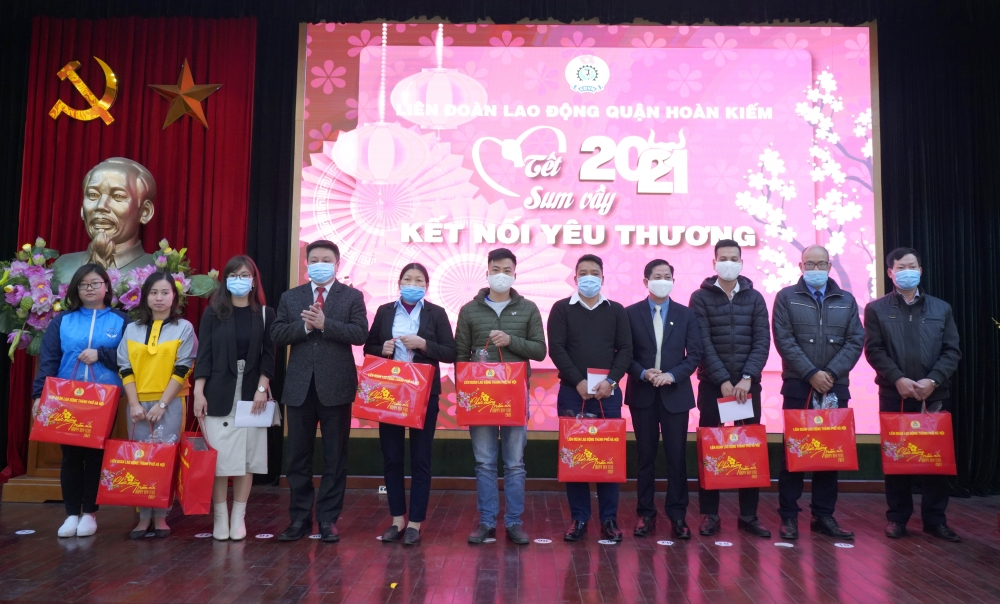 Hơn 500 đoàn viên, người lao động quận Hoàn Kiếm được nhận quà Tết và vé xe miễn phí