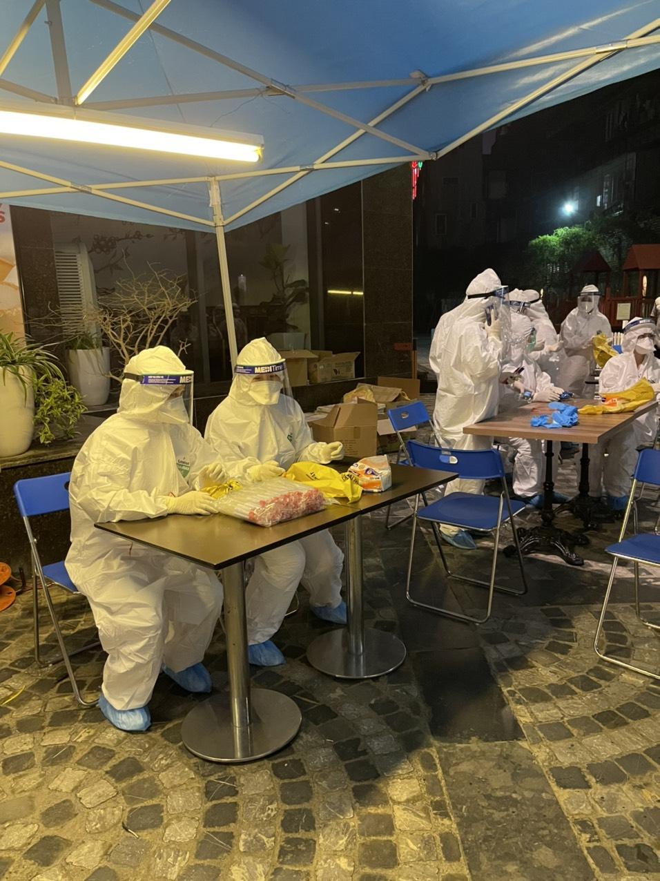 Lấy mẫu xét nghiệm Covid – 19 ngay trong đêm cho gần 1.700 trường hợp tại toà nhà 88 Láng Hạ