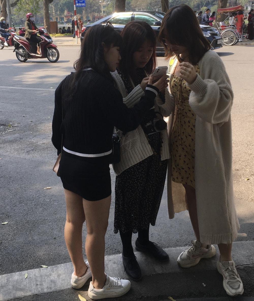 Mùng 3 Tết, nhiều người dân vẫn chủ quan, không đeo khẩu trang ở nơi công cộng
