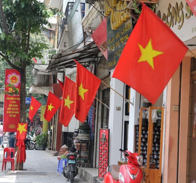 Treo cờ Tổ quốc chào mừng kỷ niệm 90 năm Ngày thành lập Đảng bộ thành phố Hà Nội