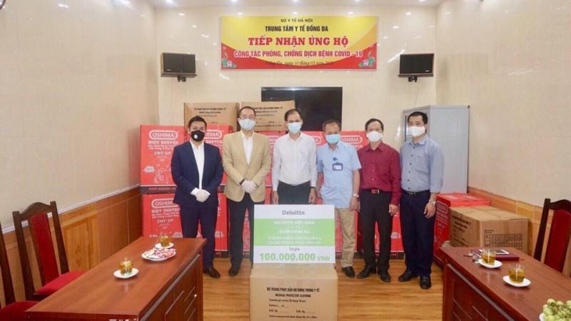 LĐLĐ quận Đống Đa tặng khẩu trang và nước sát khuẩn cho người lao động