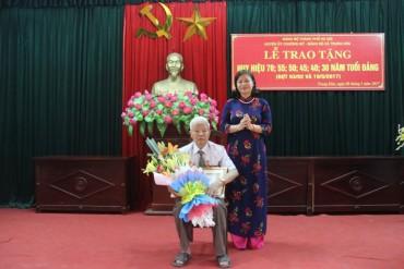 Trao Huy hiệu 70 năm tuổi Đảng cho đảng viên huyện Chương Mỹ