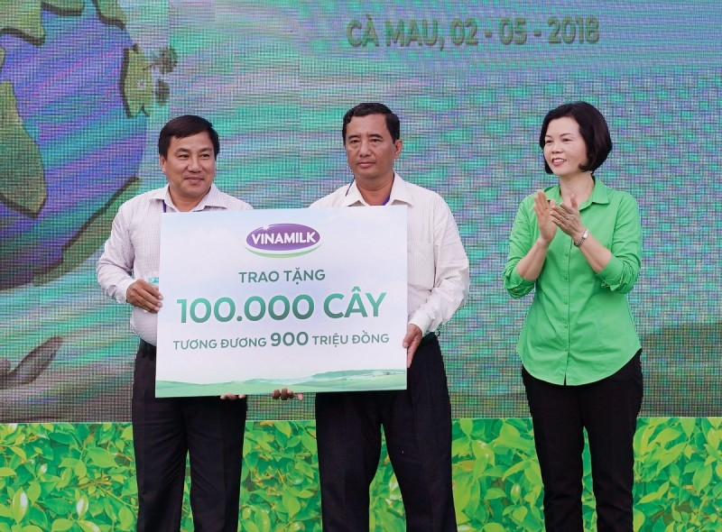 vinamilk trong gan 100 ngan cay xanh va trao tang 66000 ly sua tai tinh ca mau