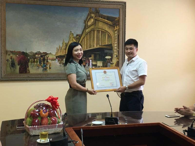 Liên đoàn lao động quận Hoàn Kiếm trao trợ cấp cho đoàn viên, người lao động bị ảnh hưởng dịch Covid -19