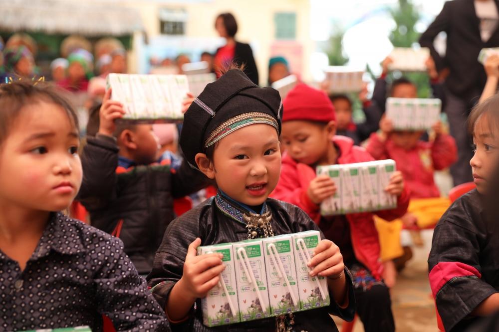 Món quà ý nghĩa của Vinamilk và Quỹ sữa Vươn cao Việt Nam dành cho trẻ em khó khăn giữa dịch Covid -19