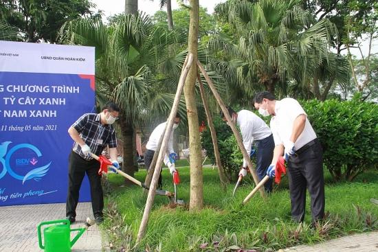 Quận Hoàn Kiếm trồng bổ sung cây xanh tại Vườn hoa Bác Cổ