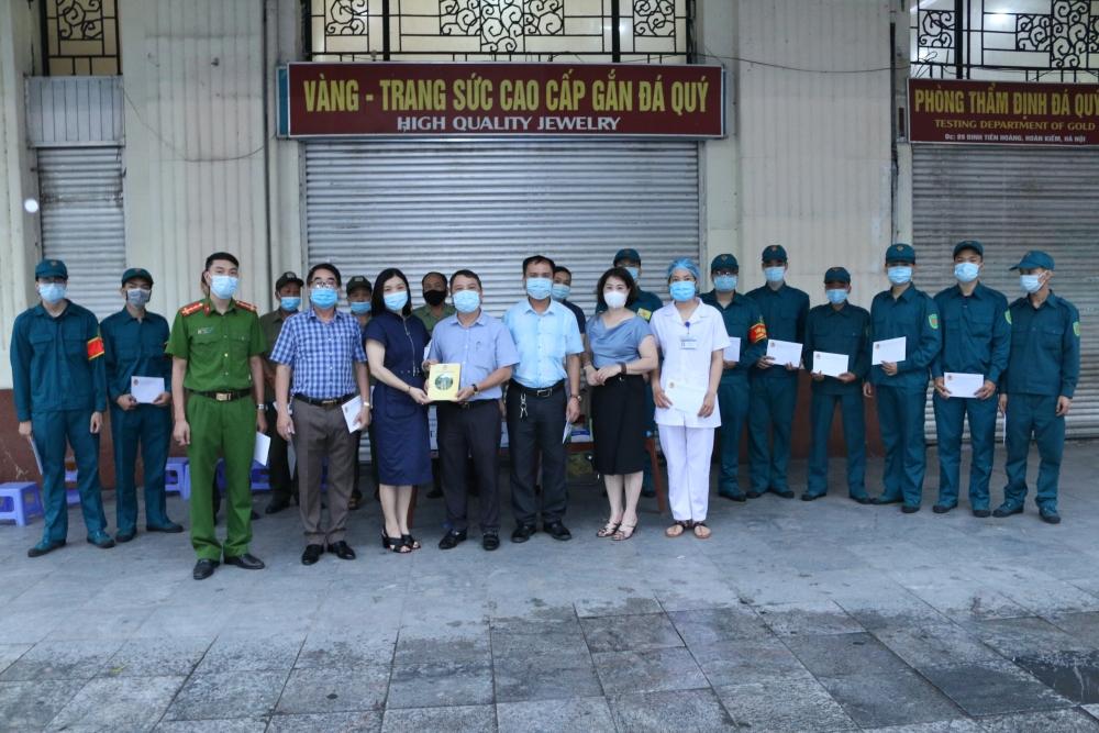 Trao tặng suất ăn và nhu yếu phẩm tới người lao động bị cách ly ở toà nhà 91 Đinh Tiên Hoàng