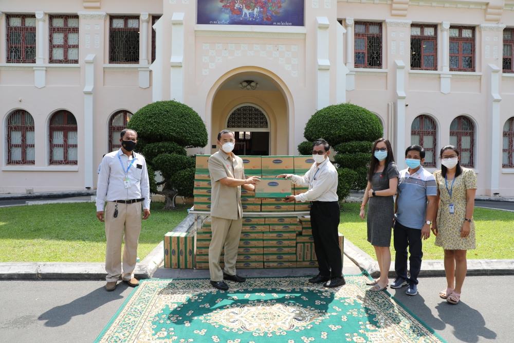 Vinamilk và công ty con tại Campuchia hỗ trợ sữa cho người dân nước bạn chống Covid -19