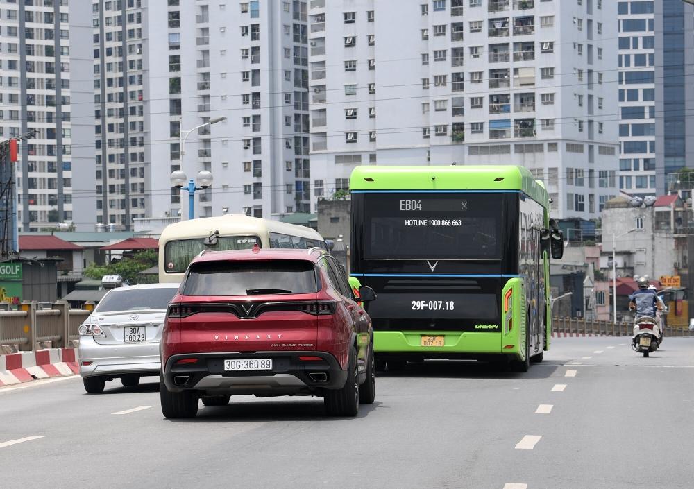 Vinbus thử nghiệm lộ trình trên đường phố Thủ đô trước khi chính thức vận hành