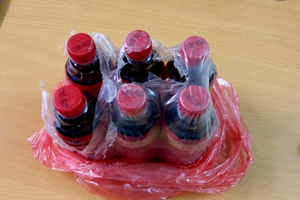 Di vật lạ nổi đầy trong chai nước giải khát mang nhãn hiệu Dr.Thanh